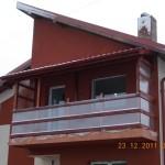 Balcon din lemn exterior cu balustrada din lemn